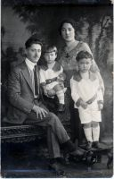 Florence & Izzy Dorin with sons Hal (younger)- and Bob (standing).